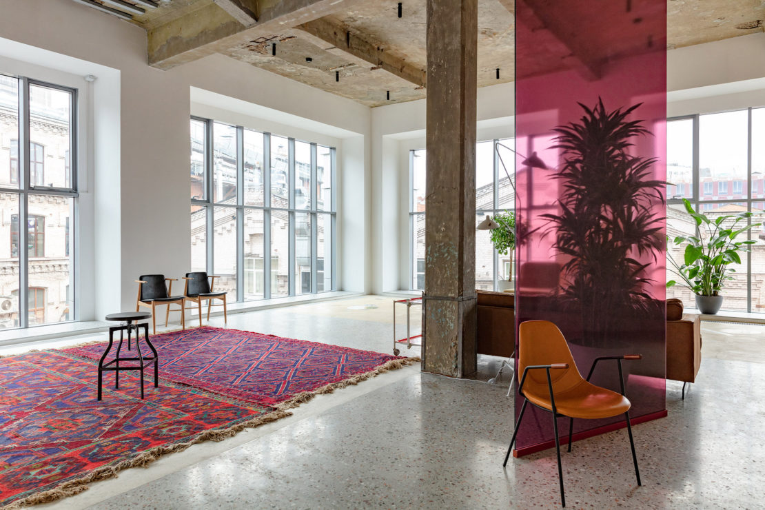 Выполненный проект с использованием мозаичной плитки терраццо | Фотостудия Whitestudios зона Grey LS