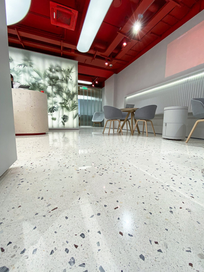 Выполненный проект с использованием мозаичной плитки терраццо | Phygital офис Альфа-Банка