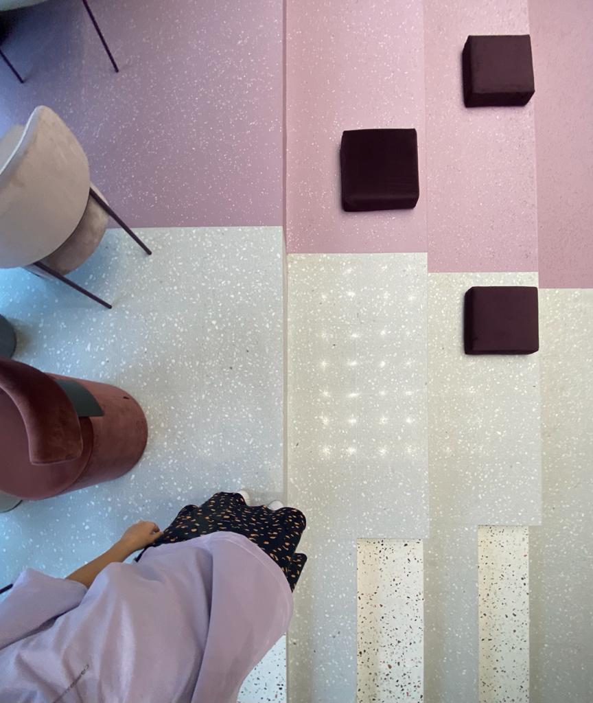 Выполненный проект с использованием мозаичной плитки терраццо | Шоурум Maytoni